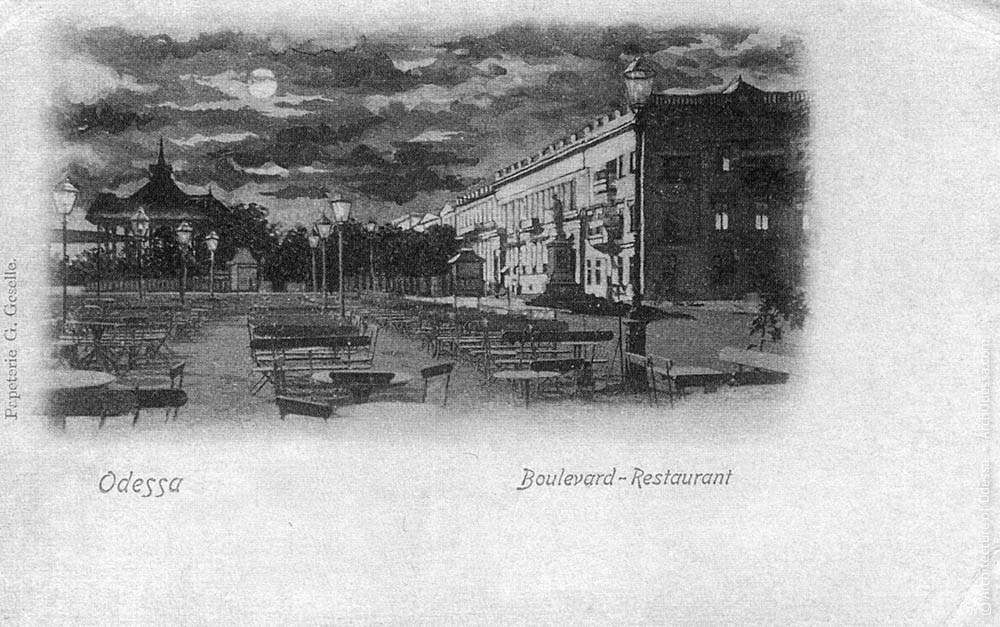 Вид из ресторана на полукруглую площадь с памятником Дюку Ришелье в Одессе