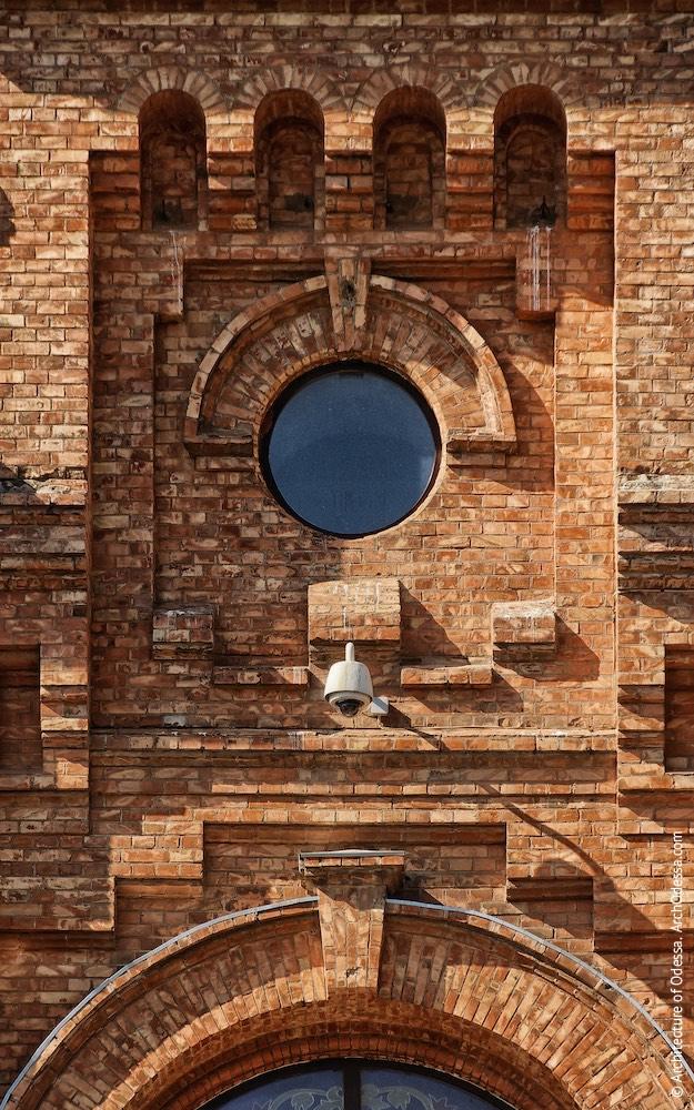 Обрамление круглого окна в центральном ризалите