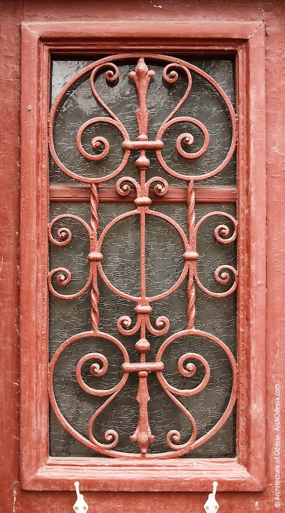 Решетка остекленного проема одной из створок входной двери