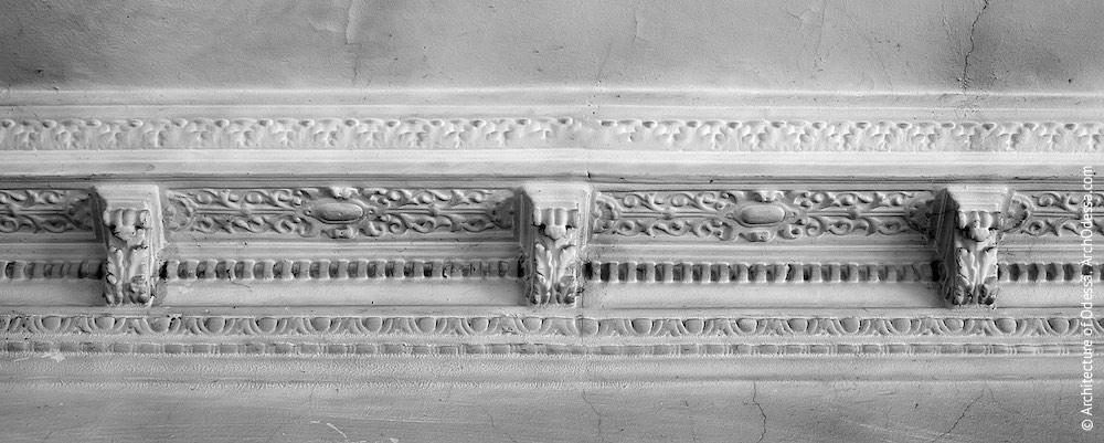 Карниз стелі над сходовою кліткою