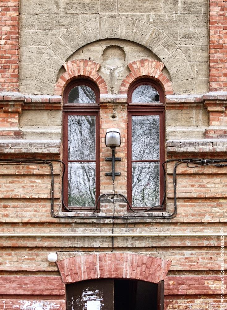 Двудольное окно над входом