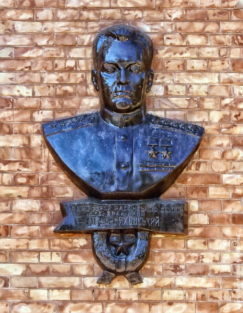 Бюст дважды героя Советского Союза, генерала И. Ц. Черняховского