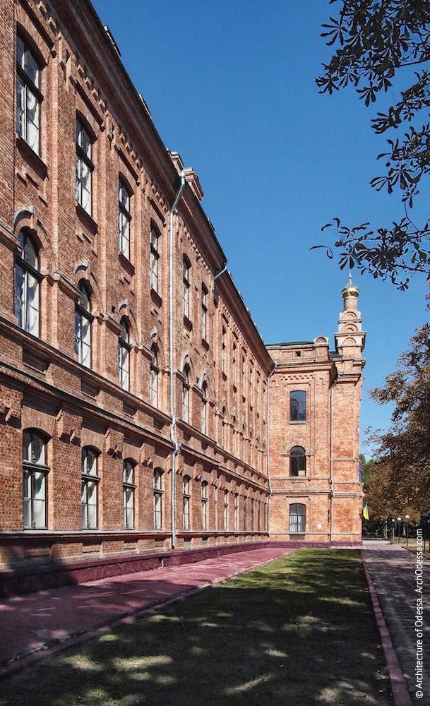 Центральный ризалит с домовой церковью и фрагмент фасада левого крыла