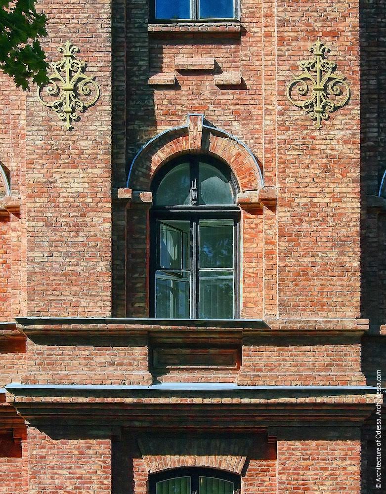 Окно второго этажа в одном из крайних ризалитов, фланкированное аграфами