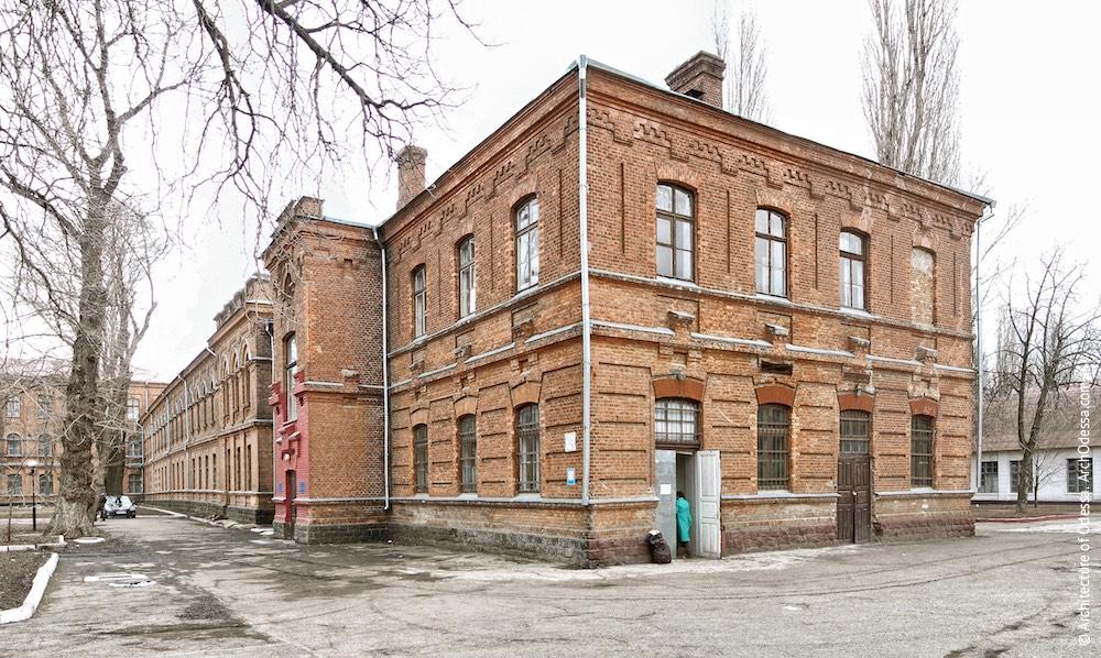 Общий вид прачечной и левого крыла главного здания