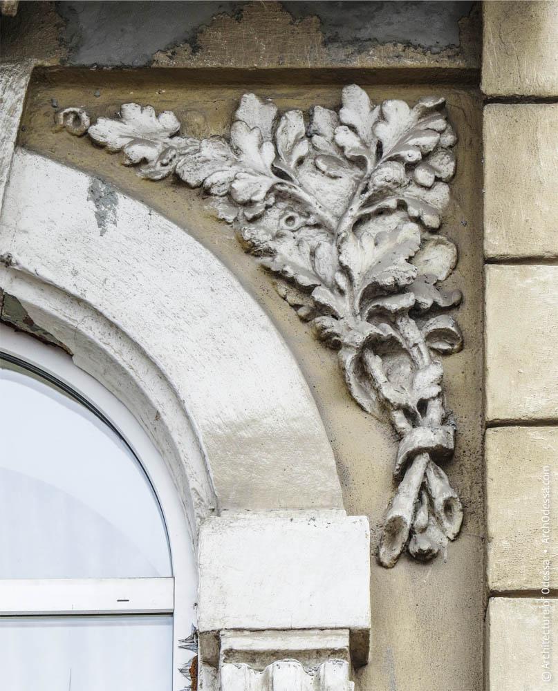 Лепной декор на изгибом полуциркульного окна