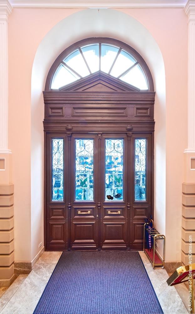 Вид двери главного входа со стороны вестибюля