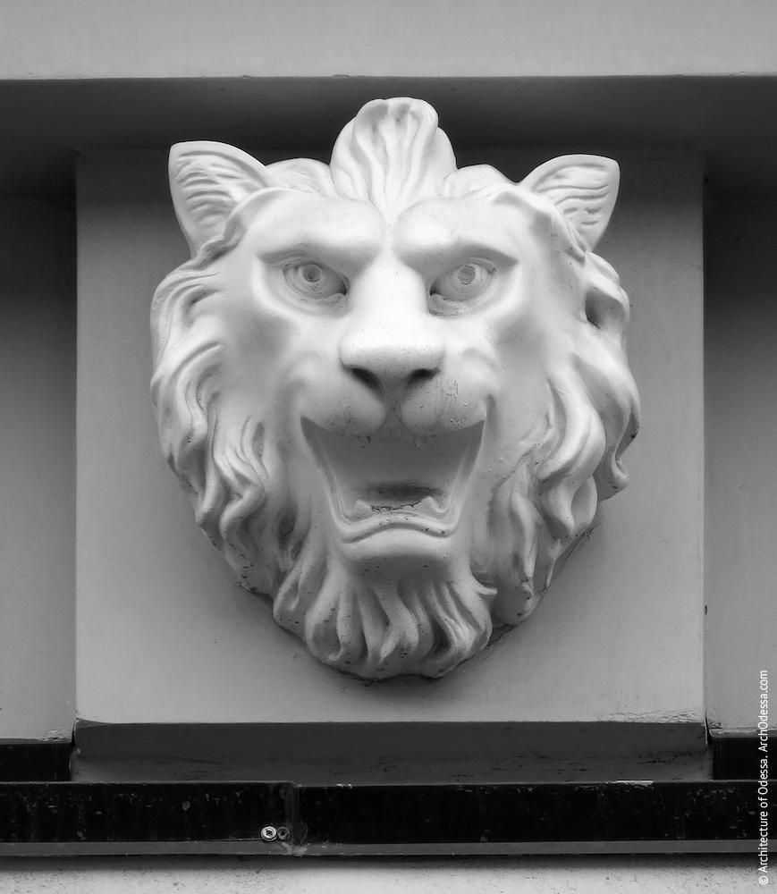 Консоль с львиным маскароном
