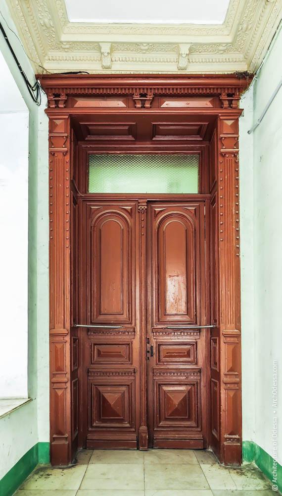 Дверь между вестибюлем и лестницей, вид со стороны входа