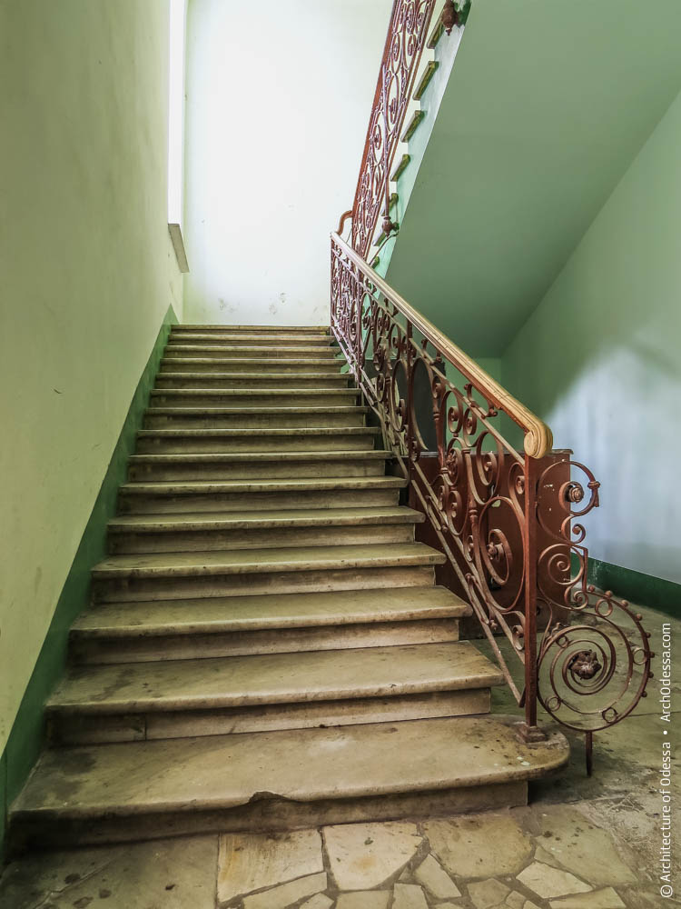 Подножие лестницы