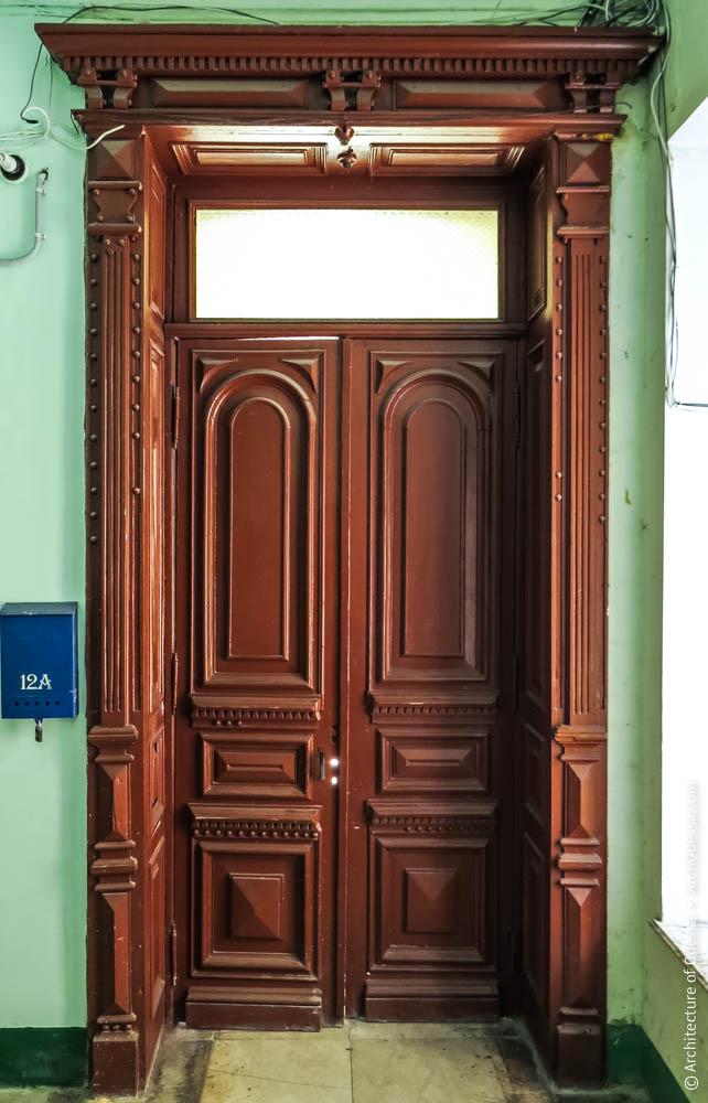 Дверь между вестибюлем и лестницей, вид со стороны лестницы