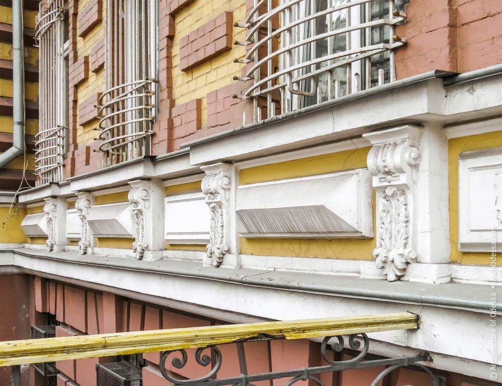 Подоконные филенки и консоли правосторонней части фасада