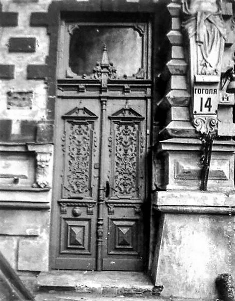 Дверь слева от арки, которая вела в квартиру первого этажа. К нынешним временам большая часть декора утрачена.