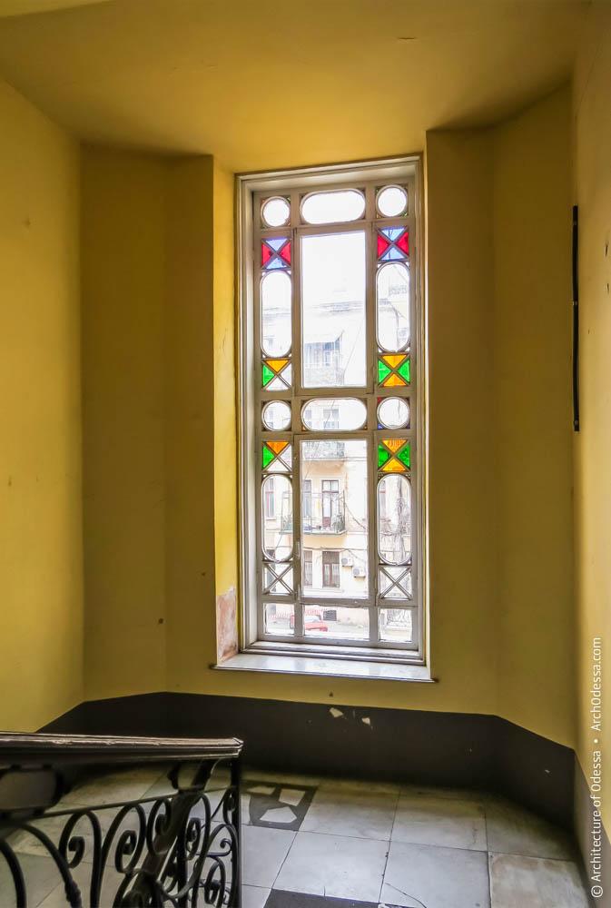 Вид окна и междуэтажной площадки