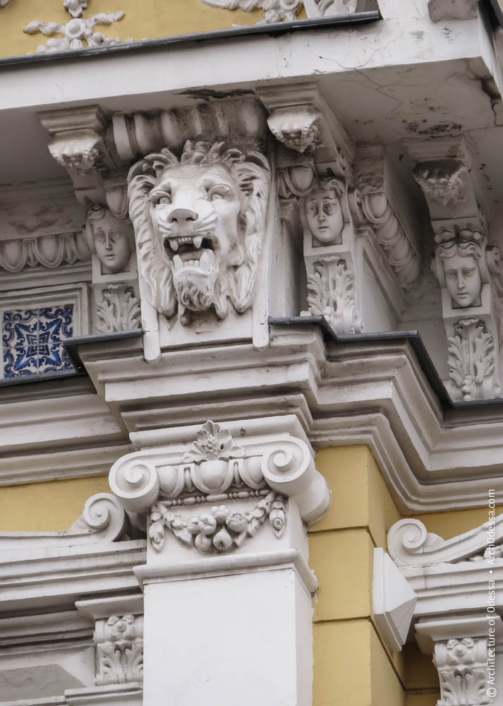 Капитель пилястры и львиный маскарон