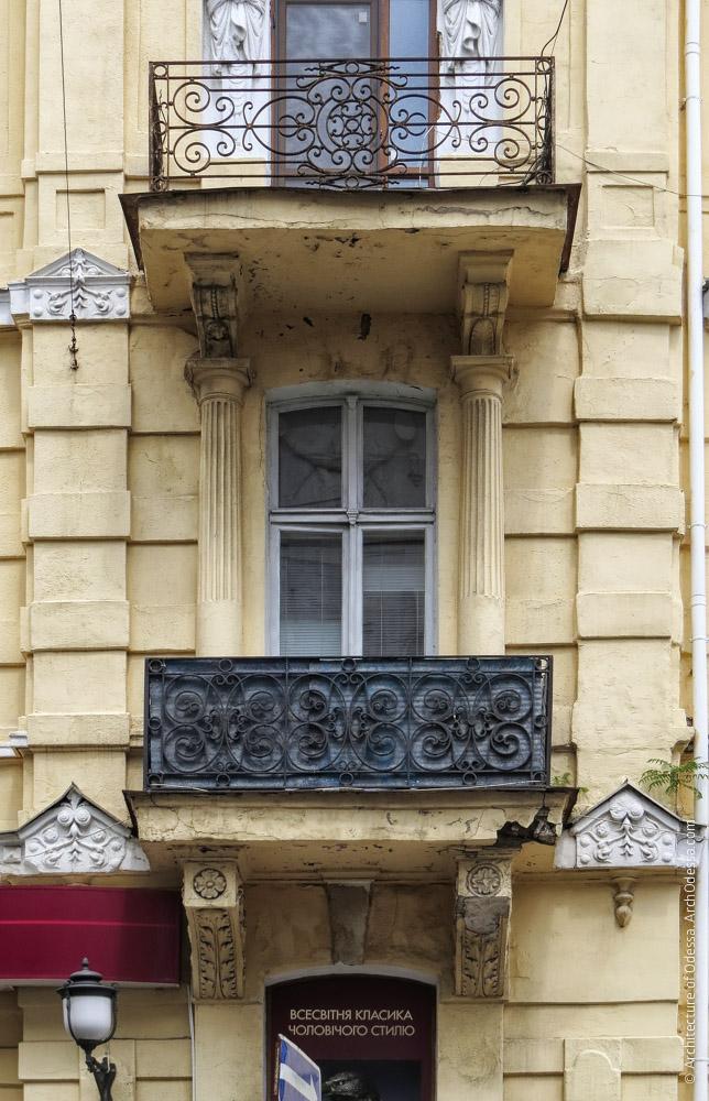 Загальний вигляд одного з кутових ризалітів на рівні другого поверху і балкон