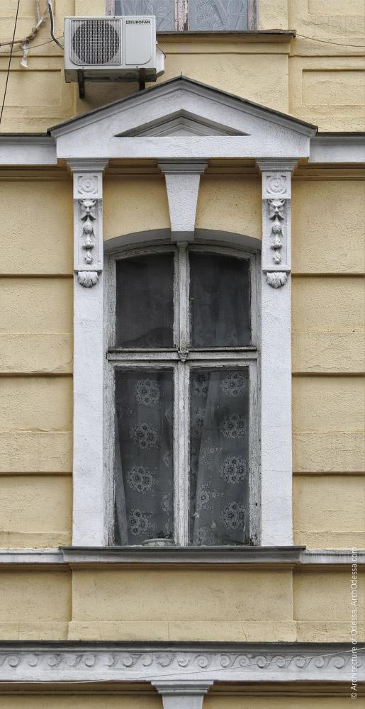 Одне з вікон основної фасадної площини