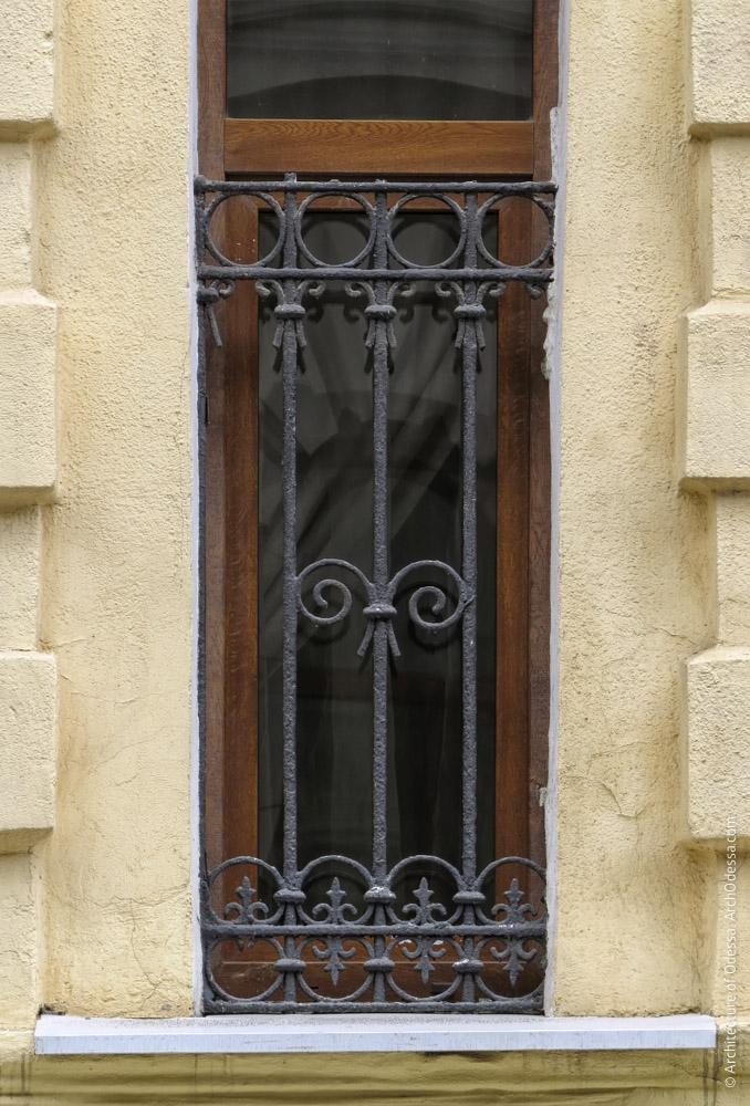 Автентична віконна решітка першого поверху в правобічному ризаліті по Сабанєєву мосту