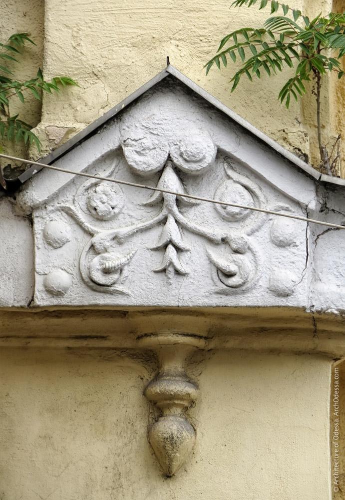 Ліпний елемент ризаліту на рівні тяги між першим і другим поверхами і балконного настилу