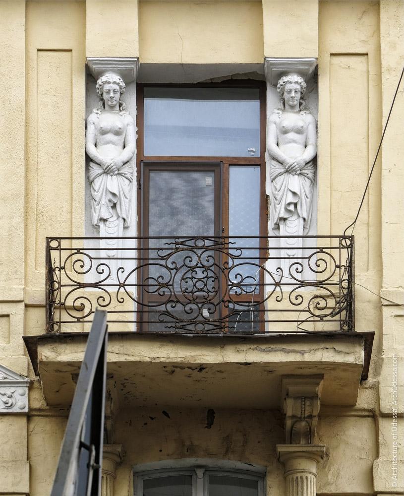 Загальний вигляд одного з кутових ризалітів на рівні третього поверху