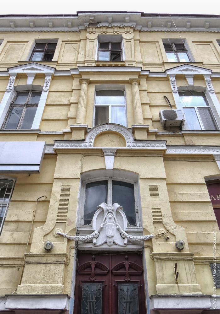 Центральна вісь над порталом головного входу, вигляд знизу вгору