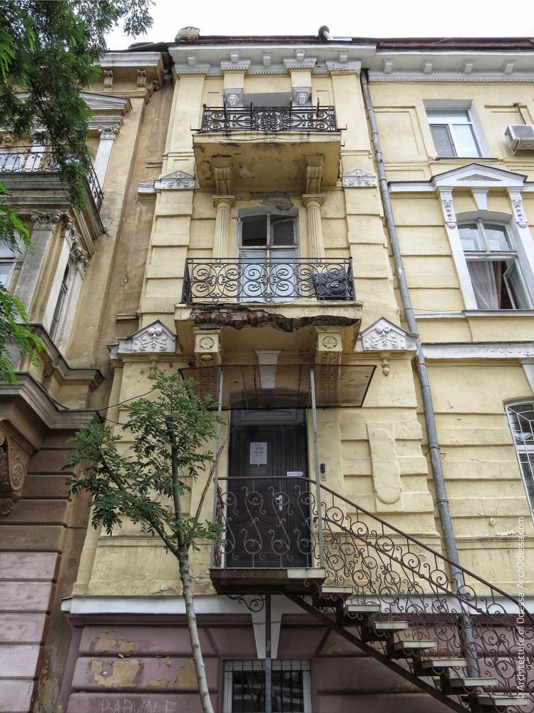 Лівобічний ризаліт з Гоголя, вигляд знизу вгору