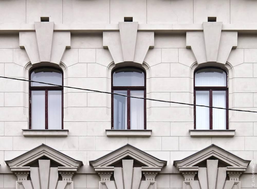 Вікна третього поверху на основній фасадній площині