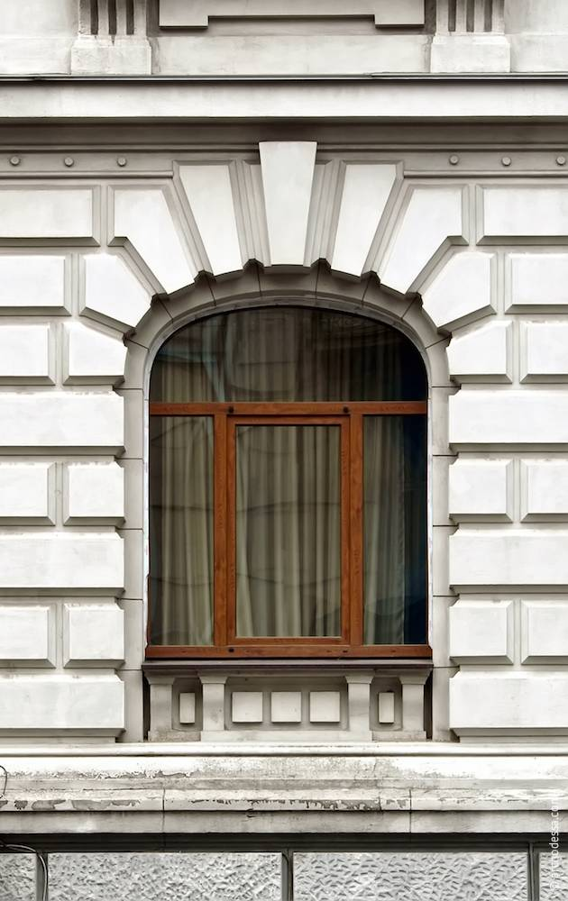 Оздоблення цокольного (напівпідвального) та першого поверхів на кутовому ризаліті