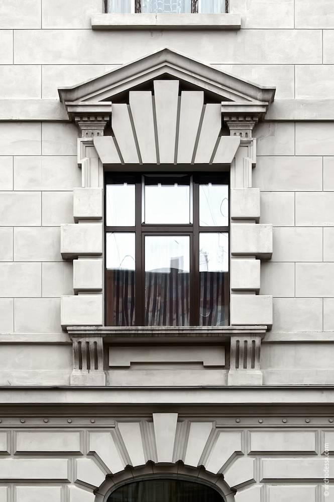 Вікно другого поверху на кутовому ризаліті