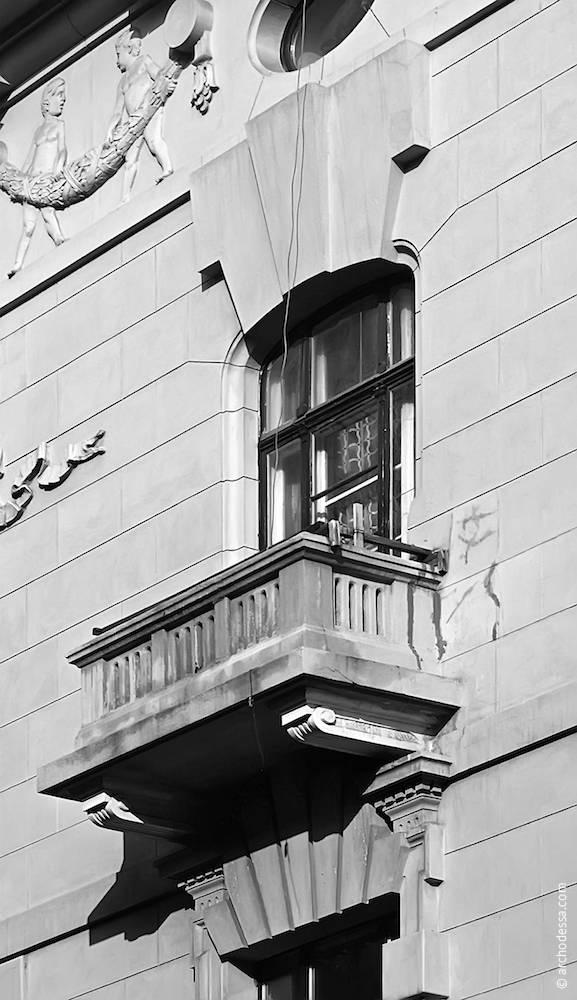 Вікно третього поверху на кутовому ризаліті (з боку вулиці Гоголя)