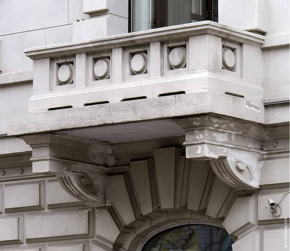Балкон другого поверху на кутовому ризаліті