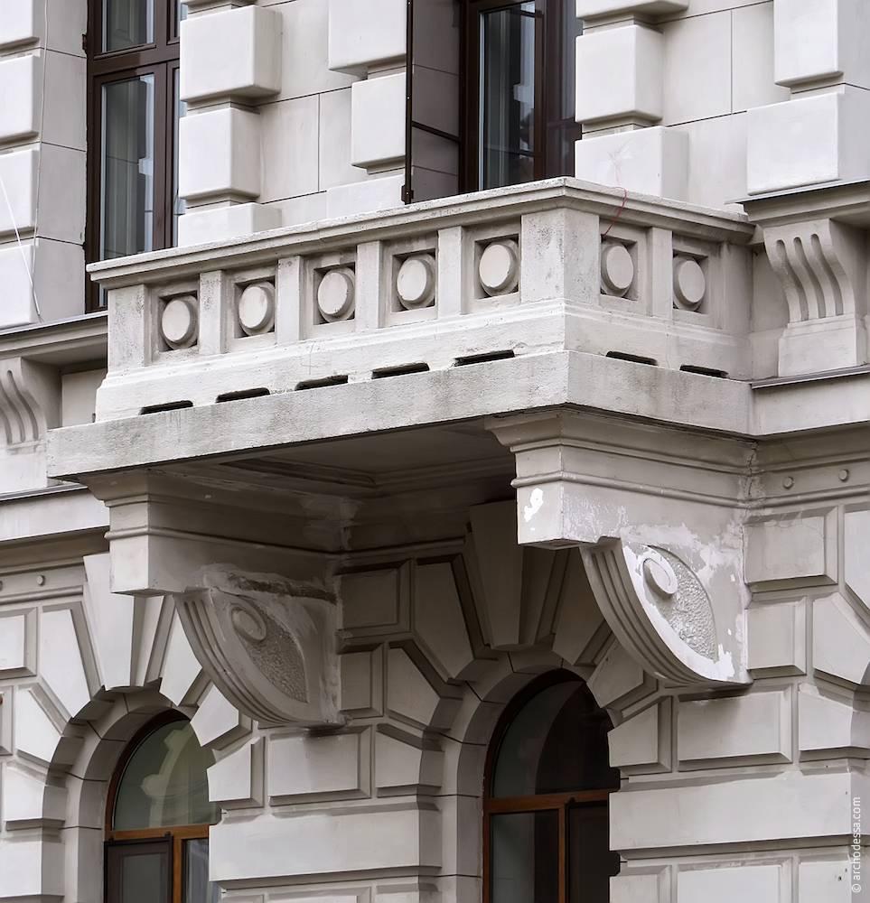 Балкон другого поверху з боку вулиці Сабанєєв міст