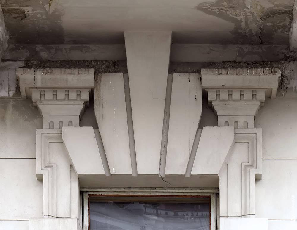 Оздоблення вікна під балконом (без сандрика)