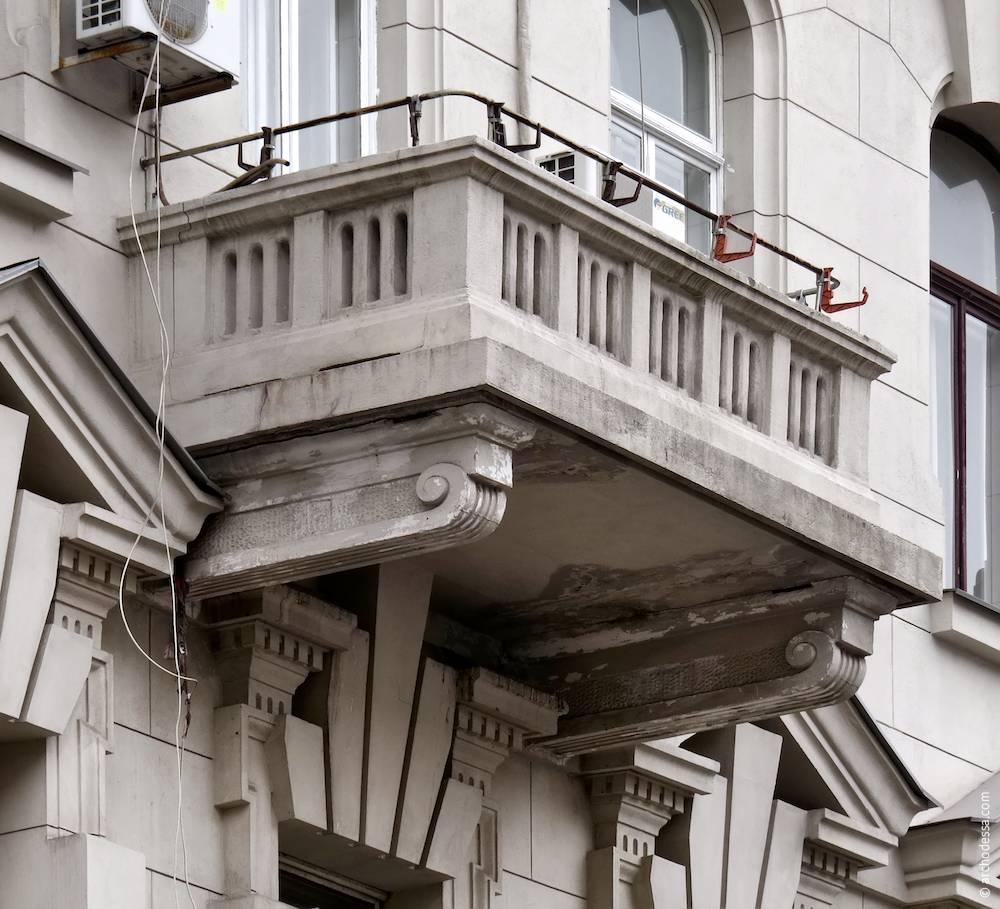Балкон третього поверху з боку вулиці Гоголя
