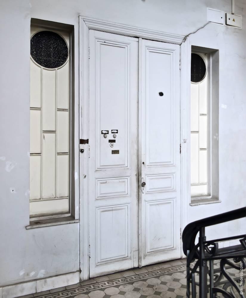 Вхідні двері житлових приміщень другого поверху і світлові вікна