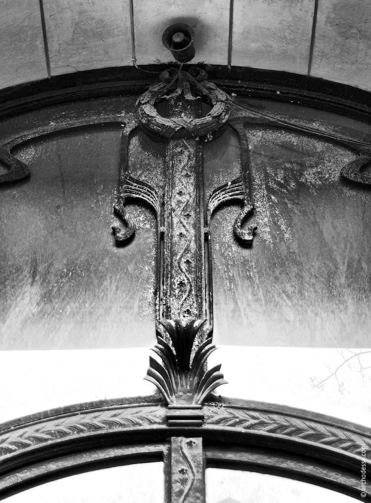 Фрагмент центральної верхньої частини дверей