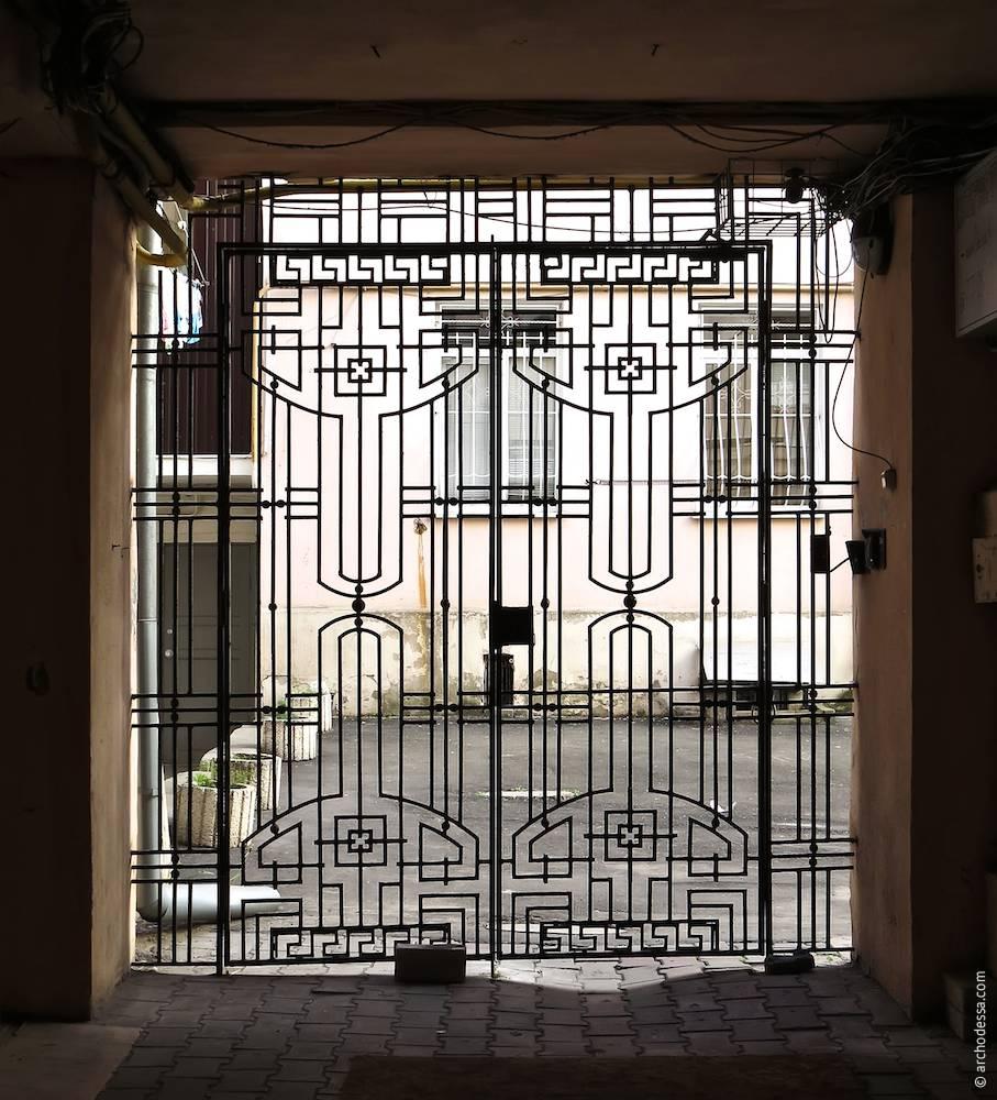 Новоробні ворота двору
