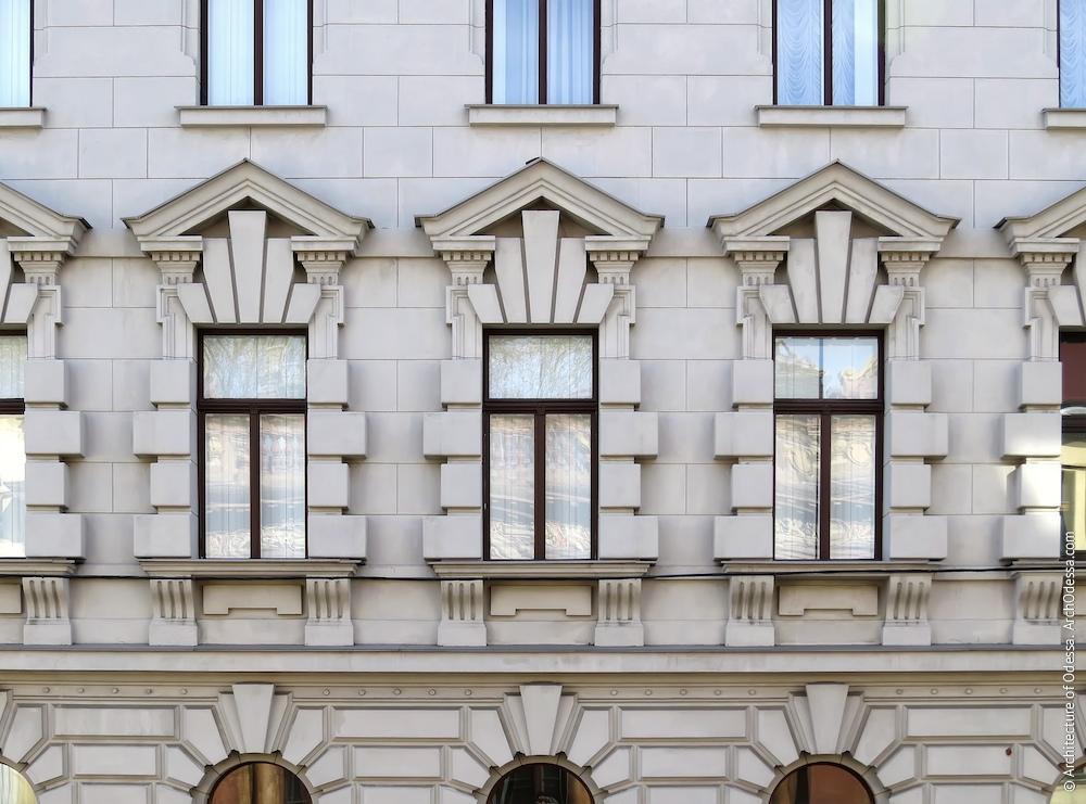 Вікна другого поверху на основній фасадній площині