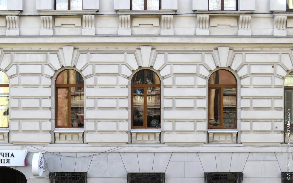 Вікна першого поверху на основній фасадній площині