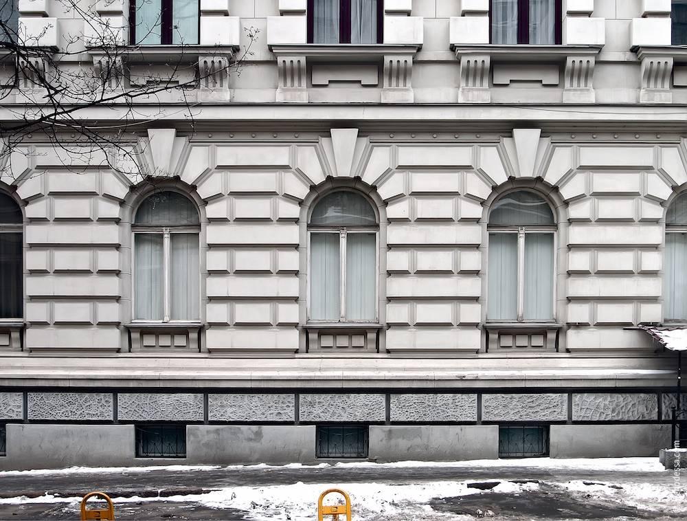 Оздоблення цокольного (напівпідвального) та першого поверхів на основній фасадній площині