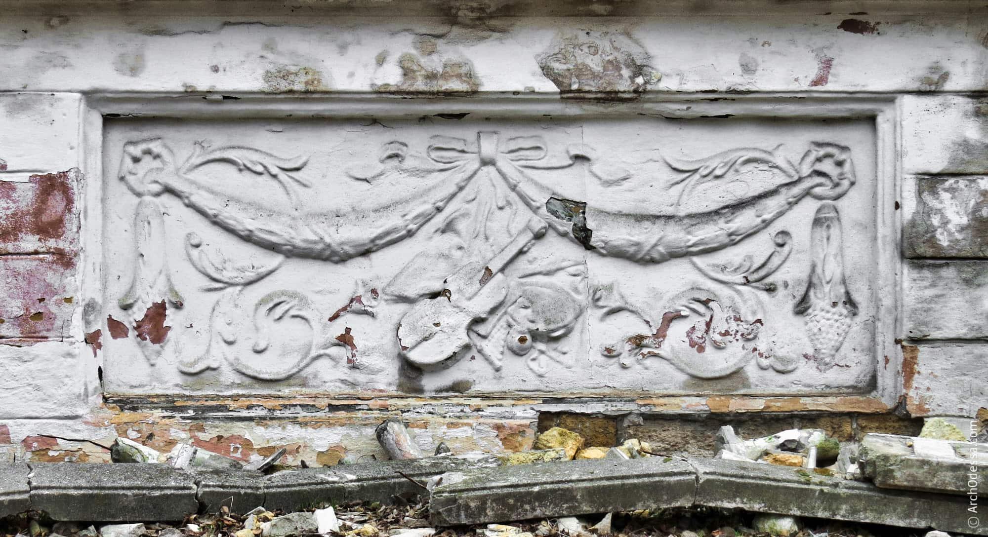 Малий лівобічний барельєф (фото кінця 2012 року)