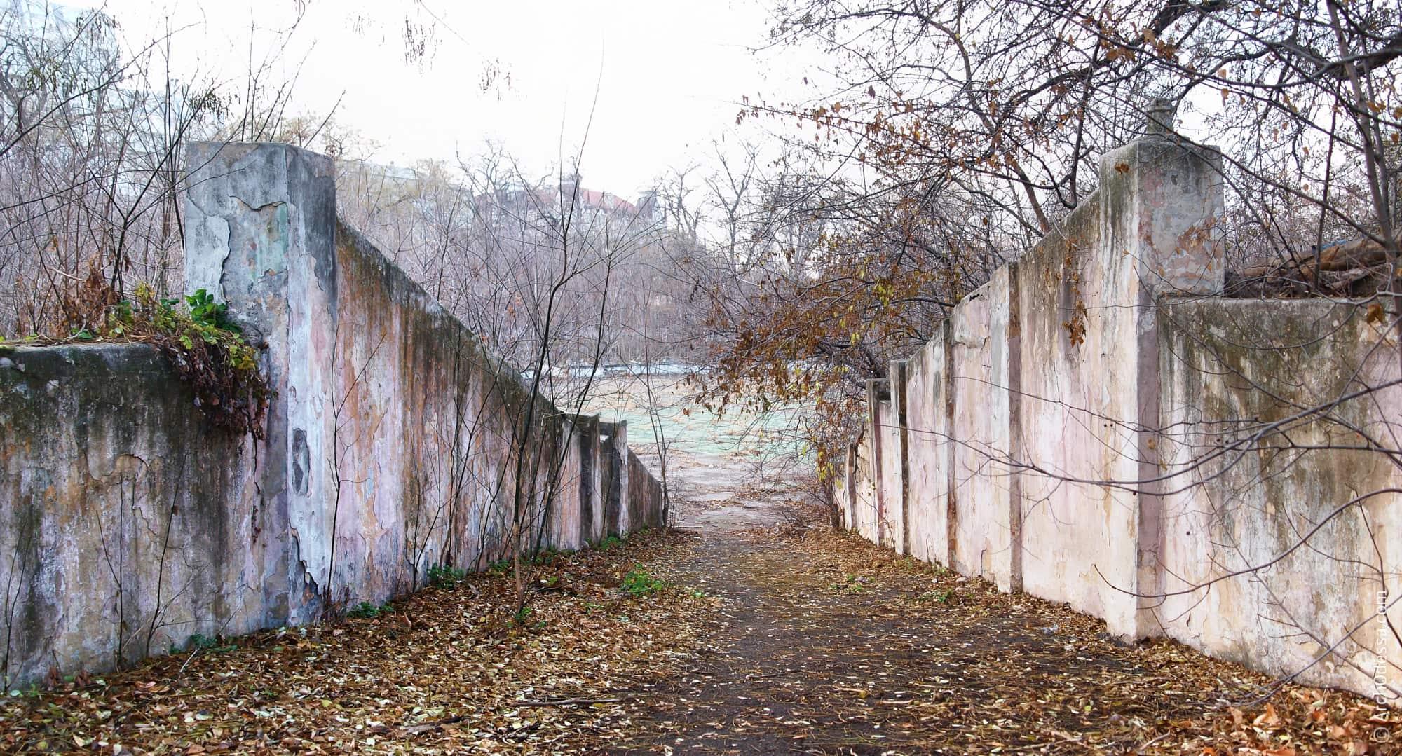 Спуск праворуч від сцени (фото кінця 2012 року)