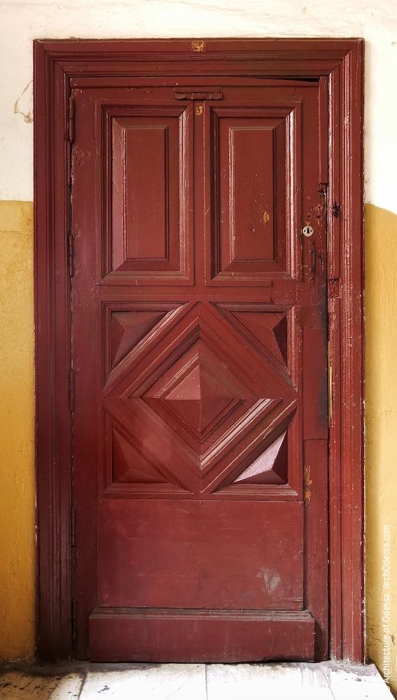 Дверь дворницкой