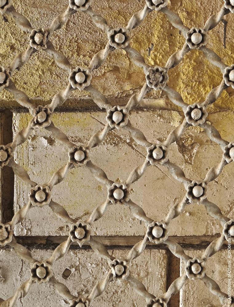 Решетка проема в створке (аналогична решетке ограждения лоджии на первом этаже в левостороннем ризалите)