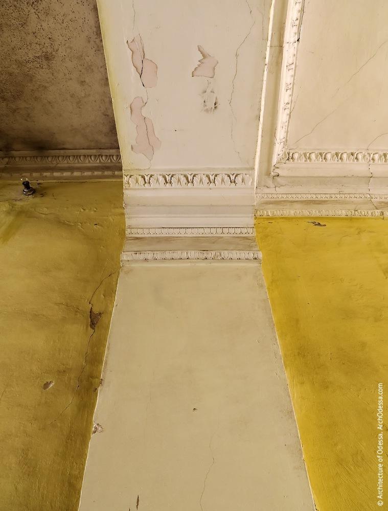 Фрагменты карнизов и верхняя часть одной из пилястр в шлюзе