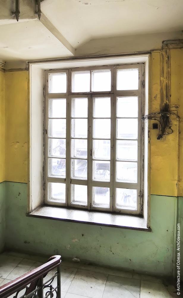 Нижнее световое окно лестничной клетки
