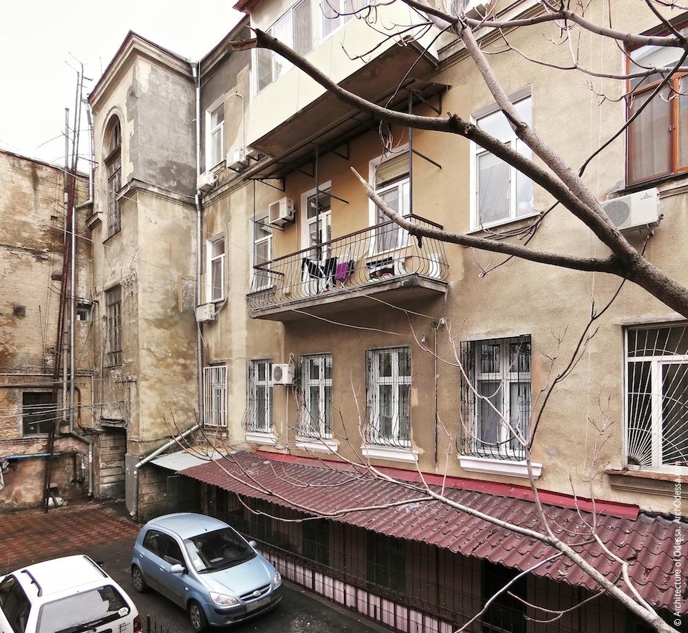 Вид со служебной лестницы флигеля