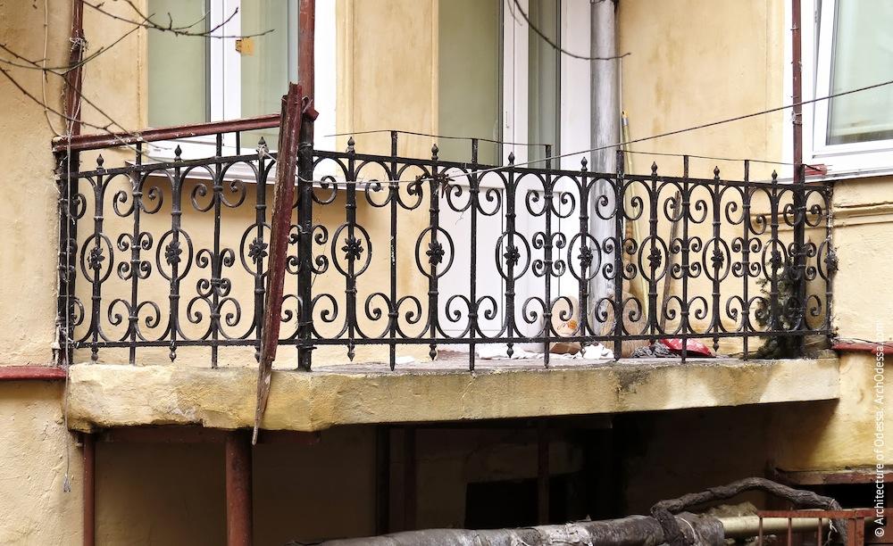 Общий вид одного из балконов с оригинальными ограждениями
