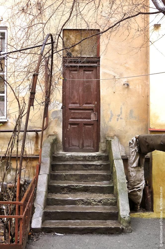 Вход служебной лестницы левого крыла