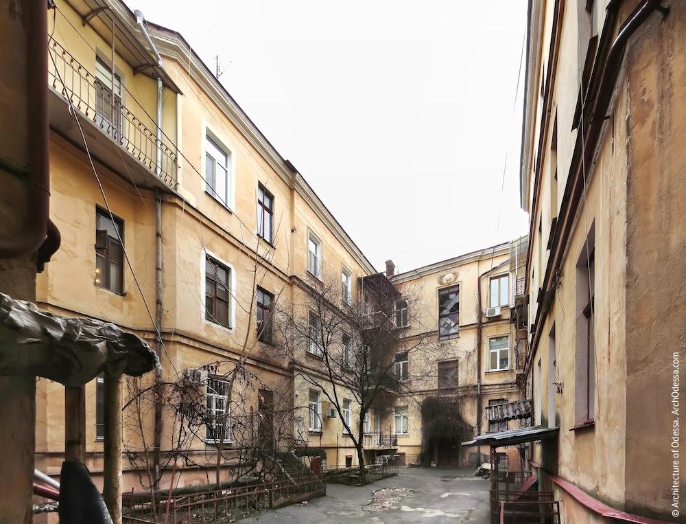 Общий вид фасадов внутреннего двора со стороны арки